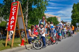 На старте -- юные велосипедисты.