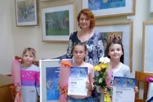 Ольга Совцова с ученицами на церемонии награждения.