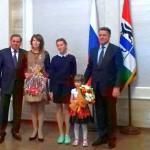 Многодетную маму из Кольцово наградили знаком отличия