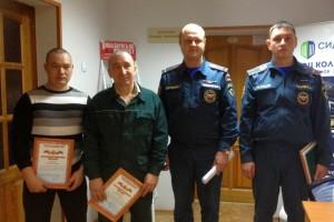 Руслан Низамов и Леонид Меринов с сотрудниками МЧС.