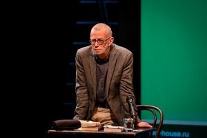 Выдающий русский литератор Лев Рубинштейн смотрит на тебя, как на близкого друга.