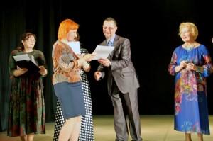 Награды театра «Между нами» получает актриса Марина Чуйкова.