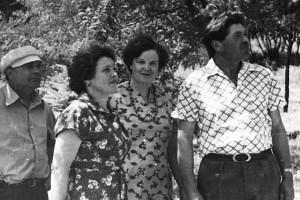 Михаил (справа) и Нина (вторая слева) Апарины с друзьями.