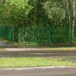 Вокруг школ Кольцово устанавливают ограждения