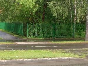 Пришкольная территория «защищается» забором.