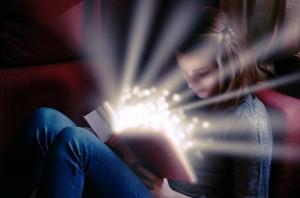Сказкотерапия подходит и детям, и взрослым.