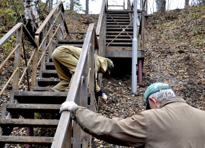 Работы на лестнице, ведущей к вершине тропы здоровья.