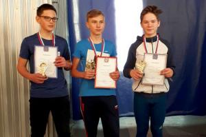Владислав Ложеницын (в центре) -- чемпион в беге на 300 метров.