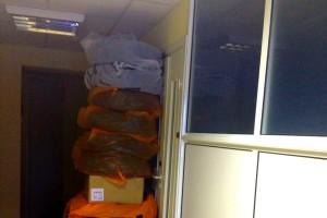 Баррикада из шин на входе в офис.