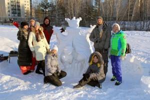 Скульптура «Закулисье» и ее создатели.