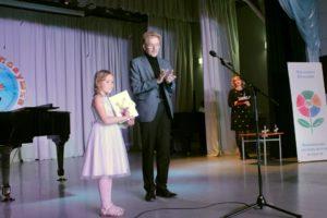 Мэр Н.Красников награждает победителей.