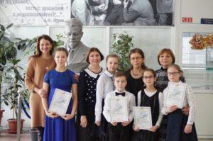 Лауреаты конкурса с их педагогами.