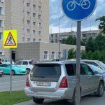 Жителя Кольцово троекратно оштрафовали за парковку на тротуаре у «Егорки»