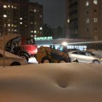 Дворы в Кольцово чистят от снега по графику, а дороги в связи со снегопадами